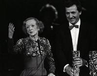 """<p>Американская актриса Бетт Дэвис получает награду Cesar award в Париже, 23 февраля 1986 года. 6 октября 1989 года в Париже умерла американская актриса Бетт Дэвис (""""Смерть на Ниле""""). EUTERS/Luc Novovitch</p>"""