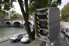 <p>Машины проезжают мимо спид-камеры в Париже 2 октября 2009 года. Хотя многие водители испытывают только раздражение при виде камер контроля скорости, последние существенно способствуют сокращению числа травм и смертей в результате ДТП. REUTERS/Charles Platiau</p>