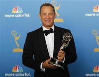 "<p>Imagen de archivo del actor de Hollywood Tom Hanks con un premio en Los Angeles. Ago 29 2010 Tom Hanks podría ser el primer actor en ser parte del filme ""Sleeping Dogs"", la película de Kathryn Bigelow que sigue a la exitosa ""The Hurt Locker"". REUTERS/Danny Moloshok/ARCHIVO</p>"