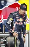 <p>O piloto da Red Bull Mark Webber, da Austrália, inspeciona seu carro no circuito de Suzuka. 07/10/2010 REUTERS/Toru Hanai</p>