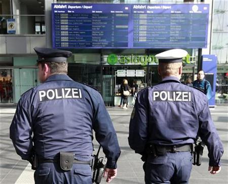 German federal police (Bundespolizei) patrol at the main railway station Hauptbahnhof in Berlin October 4, 2010. REUTERS/Fabrizio Bensch