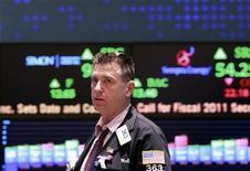 <p>Foto de archivo de un operador durante su jornada laboral en el parqué de Wall Street en Nueva York, oct 4 2010. Las acciones de Adobe Systems Inc se dispararon el jueves, después de que un reporte de prensa generó conjeturas de que la empresa de software de diseño puede ser comprada por Microsoft Corp. REUTERS/Brendan McDermid</p>