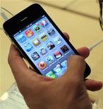 <p>China Telecom pourrait être le deuxième opérateur télécom de Chine à commercialiser l'iPhone d'Apple après l'expiration de la clause d'exclusivité dont a bénéficié l'un de ses concurrents, lit-on dans une note de recherche de Deutsche Bank. /Photo prise le 24 juin 2010/REUTERS/Eric Thayer</p>