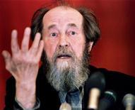 <p>Писатель Александр Солженицын выступает на пресс-конференции во Владивостоке, 28 мая 1994 года. 8 октября 1970 года Александр Солженицын стал лауреатом Нобелевской премии в области литературы. REUTERS/Alexander Natruskin</p>