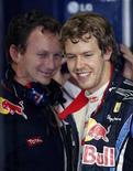 <p>El piloto alemán del equipo de Fórmula Uno Red Bull Sebastian Vettel sonríe junto al jefe del equipo, Christian Horner, tras concluir la segunda sesión de la primera práctica para el Gran Premio de Japón, en el circuito de Suzuka. Oct 8, 2010. REUTERS/Kim Kyung-hoon</p>