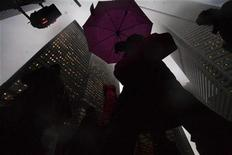 <p>People walk through a foggy scene on Bay Street in the financial district in Toronto in this February 18, 2009 file photo. REUTERS/Mark Blinch</p>