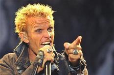 <p>Imagen de archivo del cantante británico Billy Idol, durante un concierto en Sopron, Hungría. Jul 1 2010 La estrella británica de la música punk Billy Idol está escribiendo sus memorias y promete que no se guardará ningún detalles sobre su consumo de drogas, alcohol y sus relaciones con mujeres. REUTERS/Nepszabadsag/Bernadett Szabo/ARCHIVO</p>