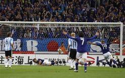 <p>Игрок сборной Японии Синдзи Окадзаки (2й слева) забивает гол в ворота сборной Аргентины во время товарищеского матча в Токио 8 октября 2010 года. Сборная Японии по футболу обыграла команду Аргентины в товарищеском матче со счетом 1-0 в пятницу. REUTERS/Issei Kato</p>