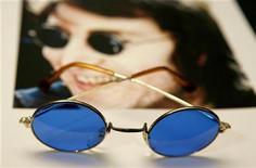 """<p>Очки Джона Леннона из коллекции """"Иконы музыки"""", состоящая из личных вещей знаменитостей, Нью-Йорк, 16 апреля 2007 года. Лот с эстимейтом в $100.000 - отпечатки пальцев Джона Леннона, который должен был быть продан на аукционе, изъят Федеральным бюро расследований США спустя 30 лет после смерти британского музыканта. REUTERS/Lucas Jackson</p>"""