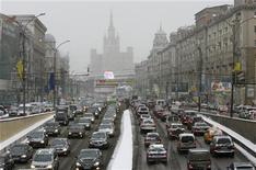 <p>Пробка во время снегопада в центре Москвы 29 декабря 2009 года. Жителей Москвы на текущей рабочей неделе ждет холодная погода с заморозками по ночам и первый снег, прогнозируют синоптики. REUTERS/Sergei Karpukhin</p>