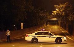 <p>Офицер полиции перегородил дорогу в Нью-Йорке, 6 мая 2010 года. Саперный отдел полиции Нью-Йорка обнаружил армейскую взрывчатку C-4 на историческом кладбище в центре города. REUTERS/Jessica Rinaldi</p>