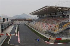 """<p>Вид на стартовую прямую трассы """"Гран-при Южной Кореи"""" в Йонаме 12 октября 2010 года. Регулятор автогонок одобрил новую трассу в Южной Корее, сообщили организаторы 17 этапа автогонок в классе """"Формула 1"""" во вторник. REUTERS/KAVO/Handout</p>"""