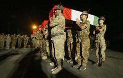 <p>Итальянские солдаты несут гробы с четырьмя погибшими военными в ходе боев в Афганистане в городе Герат 10 октября 2010 года. Италия может начать вывод войск из Афганистана следующим летом и завершить его к 2014 году, заявил во вторник министр иностранных дел, поскольку правительство столкнулось с растущим недовольством по поводу афганской миссии после гибели четырех итальянских солдат. REUTERS/Mohammad Shoib</p>