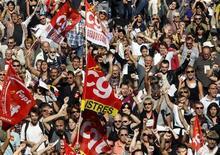 <p>Служащие государственного и частного секторов бастуют против пенсионной реформы во Франции в Марселе 12 октября 2010 года. Профсоюзы Франции во вторник начали новую волну забастовок в знак протеста против пенсионной реформы, проверяя решимость правительства Николя Саркози, в то время как непопулярный законопроект уже близок к тому, чтобы стать законом. REUTERS/Jean-Paul Pelissier</p>