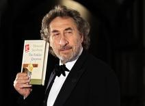 """<p>El autor británico Howard Jacobson posa con una copia de su libro """"The Finkler Question"""" en el salón Guildhall de Londres, oct 12 2010. El autor británico Howard Jacobson se convirtió el martes en el sorpresivo ganador del premio Booker por """"The Finkler Question"""", la primera comedia que se adjudica uno de los premios literarios más codiciados del mundo angloparlante. REUTERS/Luke MacGregor</p>"""