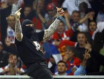 <p>Болельщик Сборной Сербии по футболу, сфотографированный во время матча Италия-Сербия в Генуе, 12 октября 2010 года. Матч отборочного цикла чемпионата Европы 2012 года в группе C Италия-Сербия был остановлен из-за беспорядков, устроенных сербскими болельщиками. REUTERS/Alessandro Garofalo</p>