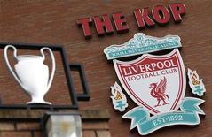 """<p>Эмблема """"Ливерпуля"""" на стенах стадиона команды в Ливерпуле 6 октября 2010 года. Английский футбольный клуб """"Ливерпуль"""" приблизился в среду еще на один шаг к обретению нового владельца после того, как суд встал на сторону совета директоров команды, признав за ним право принимать решение о его продаже. REUTERS/Phil Noble</p>"""
