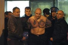 <p>Ivan Bogdanov, um torcedor da seleção Sérvia, suspeito de incitar a violência durante jogo da Eurocopa, detido ao lado de for ado estádio em Gênova. 13/10/2010 REUTERS/Stringer</p>
