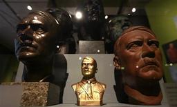 """<p>Bustos de Adolf Hitler são exibidos em exposição """"Hitler e os Alemães"""", em Berlim. REUTERS/Fabrizio Bensch</p>"""