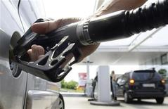 <p>A customer fills up his petrol tank at a petrol station in Munich, May 27, 2008. REUTERS/Alexandra Beier</p>