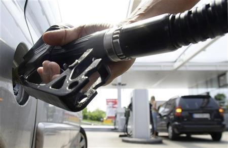 A customer fills up his petrol tank at a petrol station in Munich, May 27, 2008. REUTERS/Alexandra Beier