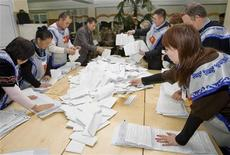 <p>Члены местной избирательной комиссии пересчитывают бюллетени в Бишкеке, 10 октября 2010 года. Большинство политических партий, прошедшие в парламент на выборах, потребовали пересчета голосов, что может вынудить нынешнюю власть перейти в оппозицию, а также привести к очередному пересмотру Конституции и витку нестабильности. REUTERS/Shamil Zhumatov</p>