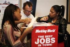 <p>Люди заполняют анкеты в центре занятости в Лос-Анджелесе, 13 октября 2010 года. Американские избиратели, недовольные высокой безработицей, вероятно, лишат демократов президента Барака Обамы контроля в Палате представителей на выборах 2 ноября, свидетельствуют результаты опроса Reuters-Ipsos. REUTERS/Lucy Nicholson</p>
