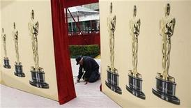 <p>A worker covers the red carpet with protective plastic as preparations continue for the 82nd Academy Awards in Hollywood March 6, 2010. REUTERS/Robert Galbraith</p>
