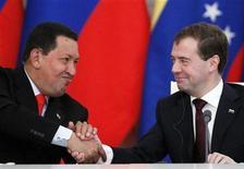 <p>Президент России Дмитрий Медведев (справа) пожимает руку президенту Венесуэлы Уго Чавесу в Москве 15 октября 2010 года. Россия построит для Венесуэлы первую атомную электростанцию, более чем вдвое мощнее иранской АЭС, запущенной в августе вопреки западной критике. REUTERS/Denis Sinyakov</p>