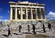 <p>Un grupo de turistas durante un recorrido por la Acrópolis en Atenas, oct 15 2010. Trabajadores griegos pusieron fin el viernes a un bloqueo sobre la Acrópolis en Atenas y los turistas pudieron ingresar gratis al monumento más famoso de Grecia, custodiados por la policía. REUTERS/Yannis Behrakis</p>