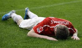 """<p>Футболист """"Майнца"""" Андре Шурле лежит на газоне после матча против """"Гамбурга"""", 16 октября 2010 года. """"Майнц"""" проиграл в восьмом туре """"Гамбургу"""" после семи побед кряду на старте сезона, не сумев установить новый рекорд Бундеслиги. REUTERS/Thomas Bohlen</p>"""