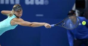<p>Мария Шарапова отбивает подачу соотечественницы Елены Весниной в матче турнира China Open в Пекине 5 октября 2010 года. Россиянки Мария Шарапова и Светлана Кузнецова поднялись рейтинге сильнейших теннисисток планеты WTA на одну строчку, сместив на 20-е место бельгийскую теннисистку Янину Викмайер. REUTERS/Petar Kujundzic</p>