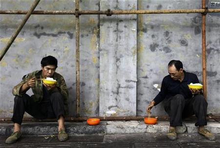 Construction workers eat their lunch at a construction site in Beijing, August 31, 2010. REUTERS/Jason Lee