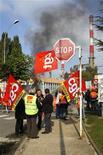 <p>Французские рабочие блокируют вход на территорию НПЗ на востоке Парижа 18 октября 2010 года. Всеобщая забастовка против пенсионной реформы во Франции распространяется все шире: стремительно снижаются темпы грузоперевозок, бастуют железнодорожники, а автозаправочные станции остались без бензина. REUTERS/Benoit Tessier</p>