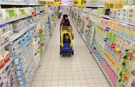 Frau mit Kind beim Einkauf in einem Supermarkt in Hefei am 15. April 2010. REUTERS/Stringer