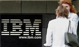 <p>IBM a dégagé un bénéfice net de 3,6 milliards de dollars au titre de son troisième trimestre 2010, un chiffre supérieur aux attentes qui l'a conduit à relever ses prévisions de résultats annuels. /Photo d'archives/REUTERS/Philippe Wojazer</p>