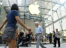 <p>Apple a enregistré une forte hausse de son bénéfice net et de son chiffre d'affaires au quatrième trimestre, qui ont tous deux dépassé les attentes des analystes mais les ventes de son dernier produit phare, l'iPad, ont déçu. /Photo prise le 19 juillet 2010/REUTERS/Lucas Jackson</p>