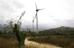<p>Windmills are seen at an eolic farm in Tocco da Casauria, central Italy October 14, 2010. REUTERS/Tony Gentile</p>