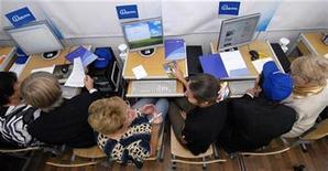 <p>Imagen de archivo de unos adultos aprendiendo a usar un computador en Vladivostok, Rusia. Sep 28 2010 El número de usuarios de Internet superará la cifra de 2.000 millones en el 2010, lo que supone casi un tercio de la población mundial, aunque los países en desarrollo aún necesitan aumentar el acceso a esta herramienta vital para el crecimiento económico, dijo el martes una agencia de Naciones Unidas. REUTERS/Yuri Maltsev/ARCHIVO</p>