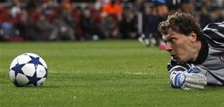 """<p>Вратарь """"Шахтера"""" Андрей Пятов смотрит на мяч во время матча группы H Лиги чемпионов против """"Арсенала"""", Лондон 19 октября 2010 года. """"Арсенал"""", """"Бавария"""", """"Реал"""" и """"Челси"""" одержали во вторник очередные победы, набрав в трех матчах максимальное число очков. REUTERS/Eddie Keogh</p>"""