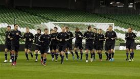 <p>Российская сборная на тренировке в Дублине 7 октября 2010 года.Сборная Россия по футболу поднялась на 15 позиций и вернулась в первую десятку в обновленном рейтинге ФИФА, опубликованном на сайте организации (www.fifa.com) в среду. REUTERS/Cathal McNaughton</p>