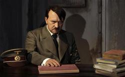 <p>Восковая фигура Адольфа Гитлера в филиале Музея мадам Тюссо в Берлине 3 июля 2008 года. Адольф Гитлер стал самой популярной достопримечательностью Берлина в последние дни, о чем свидетельствует количество посетителей недавно открывшейся в Немецком историческом музее выставки. REUTERS/Tobias Schwarz</p>