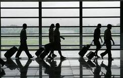 <p>Бортпроводники авиакомпании Philippine Airlines в международном аэропорту Манилы 24 июля 2008 года. REUTERS/John Javellana</p>