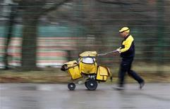 <p>An employee of German postal service Deutsche Post AG leaves a distribution office in Berlin January 16, 2008. REUTERS/Tobias Schwarz</p>