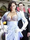 <p>Model Adriana Lima da Victoria's Secret veste o sutiã Bombshell fantasy bra de 2 milhões de dólares em frente à loja da Victoria's Secret em Nova York. 20/10/2010 REUTERS/Brendan McDermid</p>