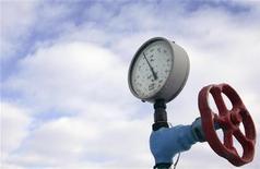 <p>Датчик давления и вентиль на газовой компрессорной станции в городе Боярка под Киевом 20 января 2009 года. Премьер-министры Украины и России на следующей неделе планируют обсудить цену на газ для Украины и изменение формулы расчета стоимости топлива, на чем в последние месяцы настаивает украинское правительство, сказал в четверг первый вице-премьер Украины Андрей Клюев. REUTERS/Konstantin Chernichkin</p>