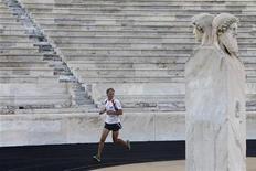 <p>Юрген Меннель вбегает на Панафинейский стадион в Афинах 21 октября 2010 года. Социальный работник из Германии Юрген Меннель пробежал 2.200 километров за 30 дней, отметив тем самым 2.500 лет со дня Марафонской битвы. REUTERS/John Kolesidis</p>
