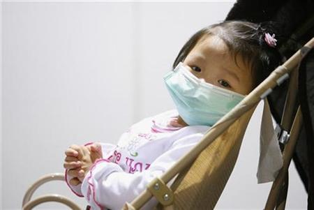 A girl returning from South Korea wears a medical mask at Taoyuan International Airport, northern Taiwan, April 29, 2009. REUTERS/Nicky Loh