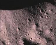 """<p>Фотография поверхности Луны, полученная в ходе миссии """"Чандраян-1"""", 14 ноября 2008 года. 22 октября 2008 года Индия запустила в космос свой первый космический зонд, искусственный спутник Луны """"Чандраян-1"""". REUTERS/Indian Space Research Organisation/Handout</p>"""
