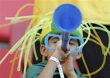<p>Torcedor com vuvuzela durante a Copa do Mundo na África do Sul. As vuvuzelas podem ser proibidas nos estádios de futebol sul-africanos se os torcedores do clube mais popular do país, o Kaizer Chiefs, não melhorarem seu comportamento, disseram autoridades. 02/07/2010 REUTERS/Mike Hutchings</p>